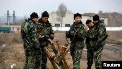 نیروهای اوکراینی در حال بستن جادهای در شرق کشور و هم مرز با روسیه.
