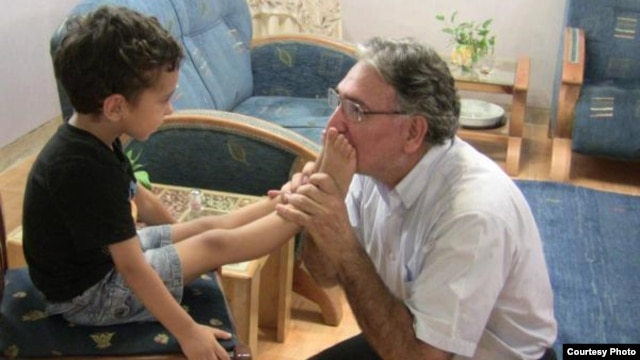 Iranian dissident Mohammad Nourizad has blogged about kissing the feet of a 4-year-old Baha'i boy whose parents are in jail because of their faith.