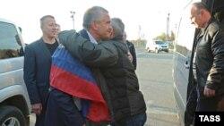 Сергій Аксенов зустрічає моряків керченського судна «Норд», 30 жовтня 2018 року