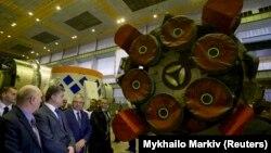 """Петр Порошенко на заводе """"Южмаш"""" в 2014 году"""