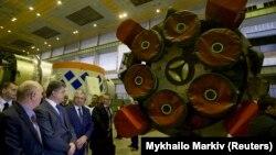 Президент Украины Петр Порошенко посещает завод «Южмаш» в октябре 2014 года.