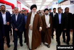 مسعود خامنهای در کنار پدرش در بازدید از نمایشگاه کتاب تهران