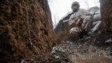 Боєць ЗСУ в окопі на передовій поблизу населеного пункту Золоте-4 Луганської області