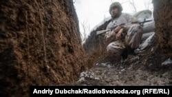 Український солдат у окоп на передовій позиції української армії під Золоте-4, лютий 2020 року