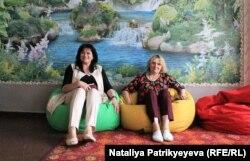 Тетяна Твердохліб (ліворуч) і Наталія Токарьова (праворуч) у сільській школі