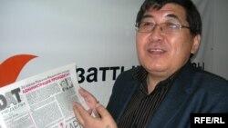 «Тасжарған» оппозициялық газетінің бас оқырманы Ермұрат Бапи Азаттық радиосына сұқбат беріп тұр. Алматы, 27 сәуір 2009 жыл.