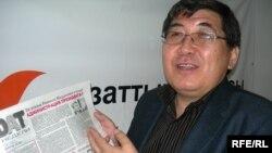 """Ермұрат Бапи, журналист, """"Тасжарған"""" газетінің """"бас оқырманы"""" Азаттықтың Алматыдағы бюросында. 27 сәуір 2009 ж."""