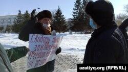 Вышедший на пикет Калиолла Гумаров отказывается покинуть площадь после требования сотрудника акимата. Уральск, 18 февраля 2021 года.