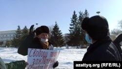 Орал қаласы әкімдігі алдына жалғыз адамдық пикетке шыққан 80 жастағы зейнеткер Қалиолла Ғұмаров. 18 ақпан 2021 жыл.