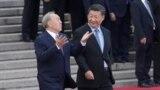Нурсултан Назарбаев в бытность президентом Казахстана идет по ковровой дорожке с президентом Китая Си Цзиньпином. Пекин, 7 июня 2018 года.