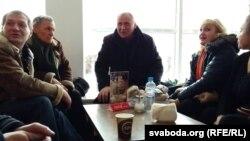 Мікола Статкевіч у кавярні гатэля «Беларусь»