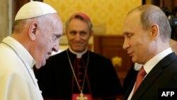 Папа Римський Франциск (ліворуч) під час зустрічі з президентом Росії Володимиром Путіним. Ватикан, 10 червня 2015 року