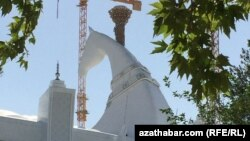 Aşgabat. Olimpiýa şährçesinde gurlan stadiondaky at heýkeli