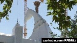 Aşgabatda Olimpiýa stadionynyň depesinde ýerleşdirilen atyň kellesiniň heýkeli