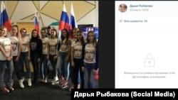 Крымские студентки агитируют за Путина на фоне туалета