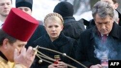 Президент Віктор Ющенко та Прем'єр-міністр Юлія Тимошенко взяли участь у церемонії біля братньої Аскольдової могили в Києві і поклали квіти до пам'ятника Героям Крут
