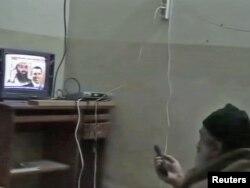 Bin Laden Abbotabaddakı evində televizorda özünə baxır... Şəkil hücumdan sonra Pentaqon tərəfindən yayılıb.