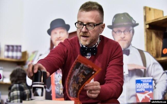 Український актор, співак, письменник та шоумен Антін Мухарський на відкритті VI Міжнародного фестивалю «Книжковий арсенал» у НКММК «Мистецький Арсенал». Київ, 20 квітня 2016 року