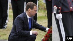 Russian President Dmitry Medvedev lays a wreath on the memorial for the Russians who died in Norway during World War II.