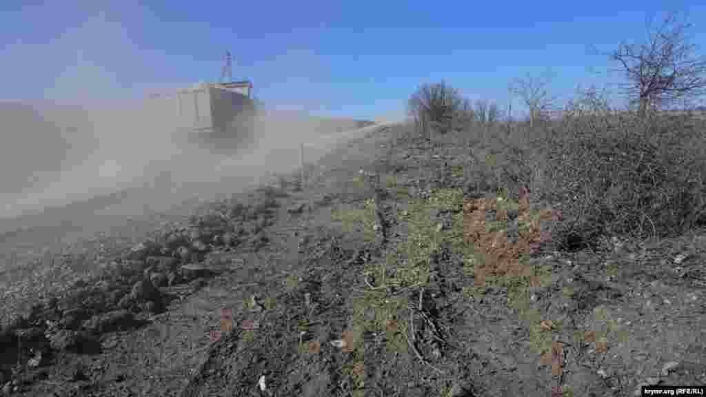 Судя по номерным знакам самосвалов, на крымской горе трудятся бригады из Татарстана