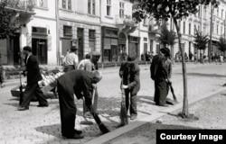 Evrei la munca obligatorie la Cernăuți după intrarea trupelor române (photo: Willy Pragher)