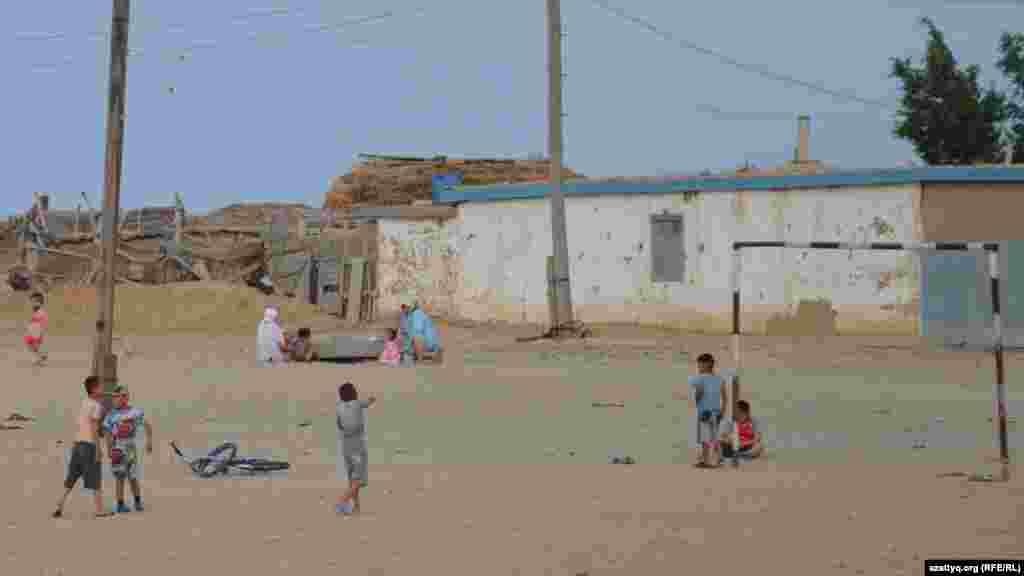"""""""Футбольное поле"""" в селе, где проводят время сельские ребята."""