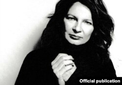 Agata Tuszynska, fotografie pe coperta ediției franceze a biografiei Wierei Gran