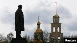 Statuia lui Lenin în oraşul Sloviansk din estul Ucrainei, ocupat de separatiştii pro-ruşi, 14 aprilie 2014
