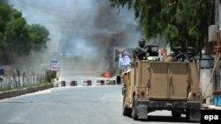 Дым поднимается над зданием телецентра в Джалалабаде после нападения