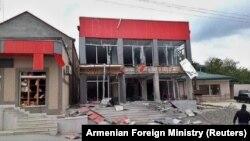 Здание в Мартакерте, поврежденное в результате авиаудара во время боевых действий. Нагорный Карабах, 30 сентября 2020 г.