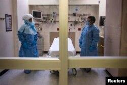 Сотрудники отделения скорой помощи в нью-йоркском Bellevue готовятся к приему пациента, зараженного вирусом Эбола в 2014 году