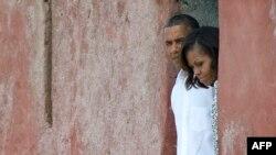 """Președintele Obama și soția sa vizitînd """"Casa Sclavilor"""" pe coasta Dakarului"""