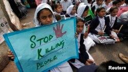Школярі тримають плакат із закликом зупинити вбивства у Пакистані, 19 грудня 2014 року