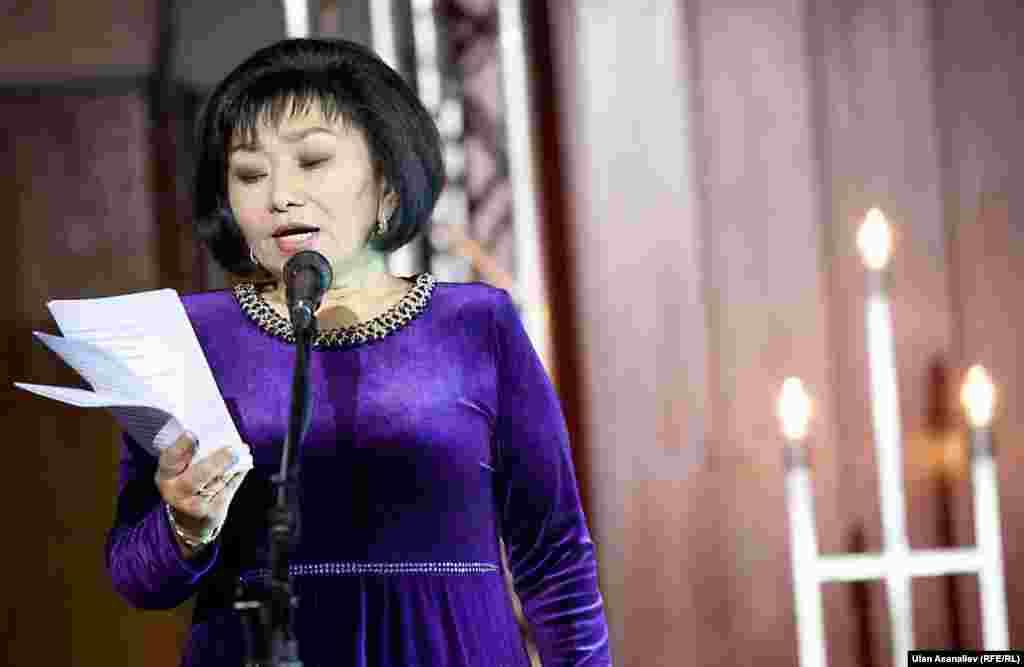 Бурулкан Сарыгулова родилась в селе Кичи-Жаргылчак Джети-Огузского района. В 1983 году окончила факультет журналистики Кыргызского государственного национального университета.