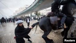 یکی از یهودیان متعصب با اسبِ نیروی پلیس درگیر شده است.