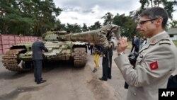Военные атташе иностранных посольств в Киеве осматривают российский танк, отбитый у сепаратистов