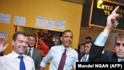 Președintele Barack Obama și omologul său rus Dmitri Medvedev la Ray's Hell Burger