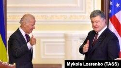 Жо Байден менен Петро Порошенконун кездешүүсү.