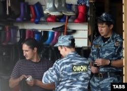 """Сотрудники полиции во время проверки на рынке """"Садовод"""". Москва, 7 августа 2013 года."""