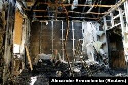 Местный житель сидит в своем доме, который был поврежден недавним обстрелом. Донецк,18 июль 2017 года