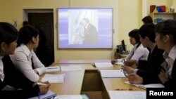 """Студенттер """"Тұңғыш президенттің өмірі мен қызметі"""" атты дәрісте отыр. Алматы, 15 мамыр 2011 жыл."""