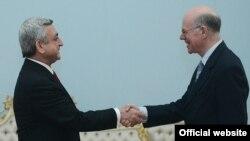 Президент Армении Серж Саргсян принимает председателя Бундестага Германии Норберта Ламмерта (справа), Ереван, 6 марта 2013 г. Фотография - официальный веб-сайт президента Армении