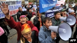 """""""Ата-Журттун"""" камактагы депутаттарын бошотууну талап кылган митинг. Бишкек, 17-октябрь, 2012."""