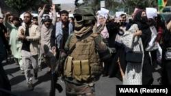 "Солдат ""Талибана"" перед протестующими, 7 сентября 2021 года"