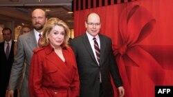 Катрин Денев с Сергеем Пугачевым и принцем Альбертом в Монако на открытии нового магазина Hediard