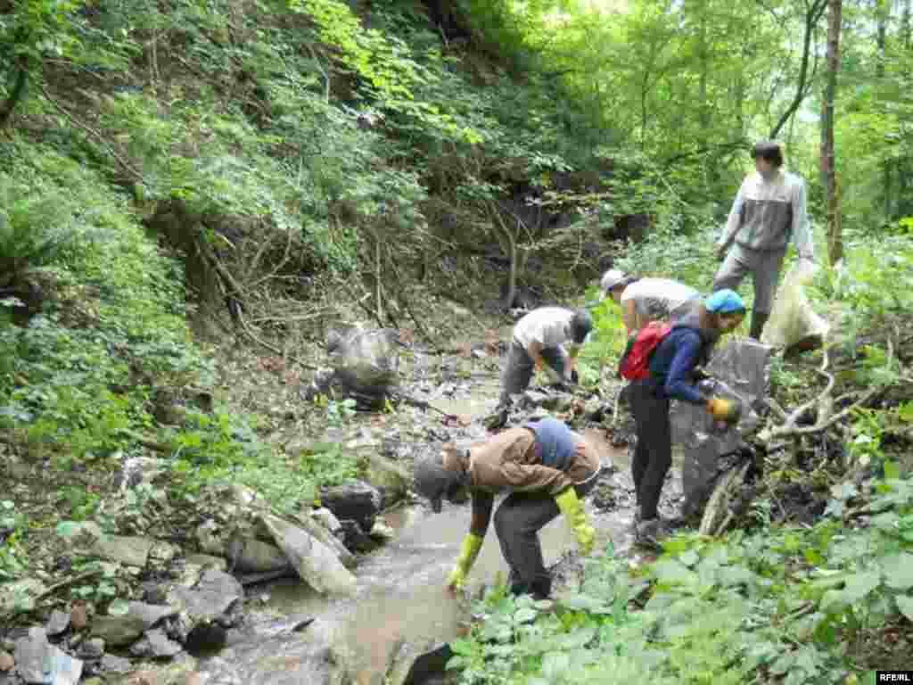 Ovo je druga godina kako se u Zlakusi organizuje petnaestodnevni međunarodni ekološki kamp. Deset studenata iz osam zemalja petnaest dana čistilo je užičko selo Zlakusu. Foto: Novka Ilić