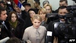 Действующий премьер-министр Юлия Тимошенко, проигравшая Януковичу во втором туре выборов, отказывается признать свое поражение и оспаривает итоги голосования в суде