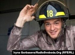 Пожарный Анатолий Окатый примеряет каску канадского коллеги