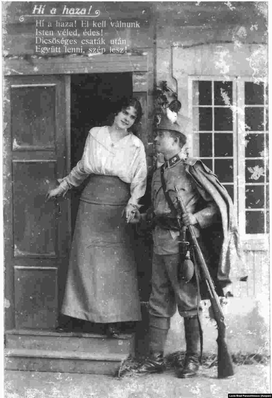 """A képeslapon kedvesétől búcsúzik egy magyar katona Erdélyben 1917-ben. A szöveg így hangzik: """"Hív az anyaföld. Most el kell válnunk. Isten veled, kedvesem! Ha véget ér a háború, újra találkozunk."""""""