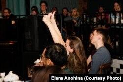 Реакция зрителей на выступление в рамках фем-стендапа. Фото: Елена Анохина